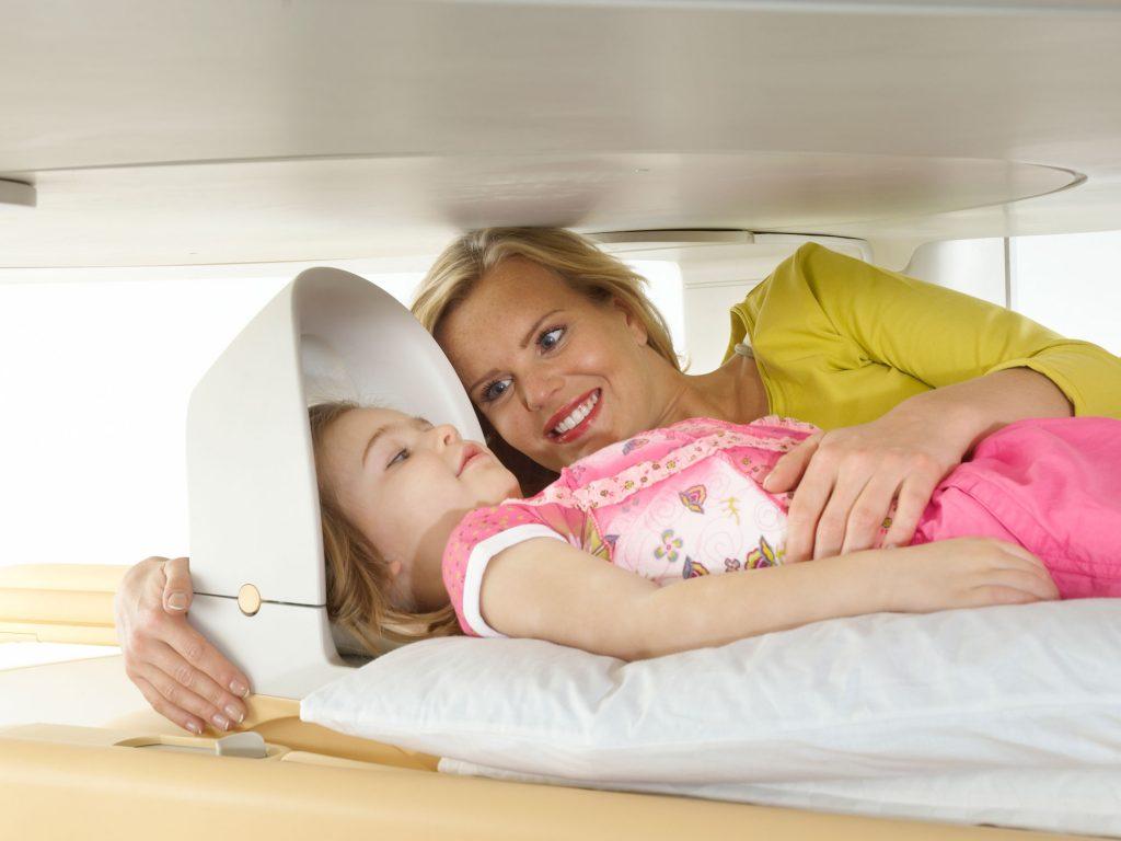 Mutter mit Kind im offenen MRT