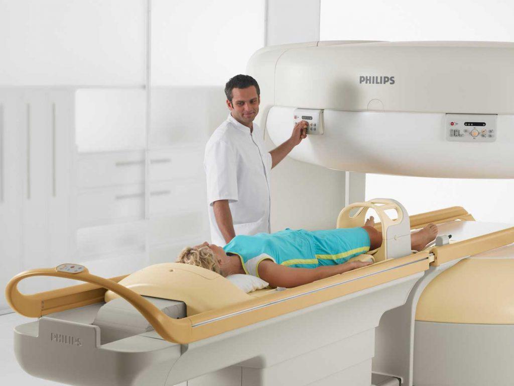 Patientin im offenen MRT